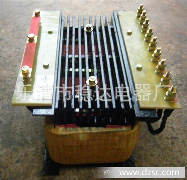 QZB系列自耦变压器适应范围: 起动自耦补偿变压器:起动自耦补偿变压器(QZB)是专为三相鼠笼型电机作不频繁降压起动而设计的,该系列起动自耦补偿变压器适用于频率为50HZ、电压为380V的电动机,功率为10KW-320KW。该系列变压器绝缘耐热等级为F级。本系列产品铁芯选用冷轧硅钢片迭成,铁轭以型钢或钢板作夹件,用螺杆加以紧固。线圈为满足降压的需要在额定电压的65%、80%处设有抽头,抽头均有接线鼻,便于接线。产品分开启式和防护式两种,防护式需加罩壳。产品制作按国家机械部标准JB/T 8750-1998生