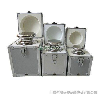 放在天平的一端作为重量标准的金属块或金属片