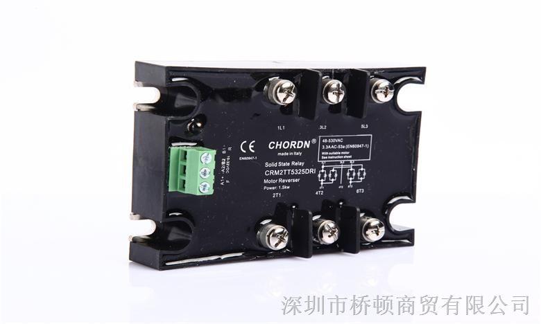 CRM系列半导体芯片采用SCR反并联焊接在陶瓷铜基板上,保持良好的导热性能,输出带RC吸收和VDR浪涌电压保护,宽的工作电压范围从48VAC660VAC,带双色LED控制信号指示灯显示马达工作状态,随机触发,满足马达正反转控制要求,主要应用在三相马达控制,阀门控制,流量控制等场合,直流输入控制,带换相互保护,产品符合CE认证。 产品型号说明: 型号:CRM2TT5325DRI CRCHORDN工厂码 M马达控制 2TT2相控制正反转固态 53工作电压530VAC 25工作电流25A D直流控制1032VD